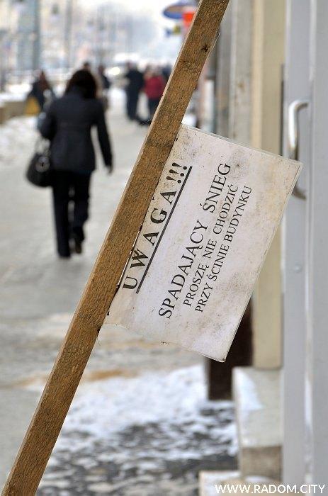 Radom. Ostrzeżenie przed spadającym śniegiem przy ul. Żeromskiego 28.