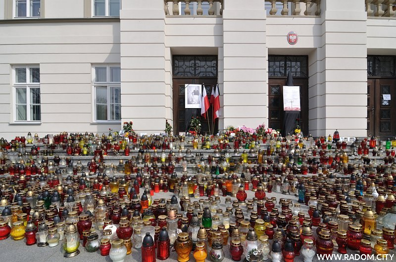 Radom. Katastrofa smoleńska - znicze przed wejściem do budynku Urzędu Wojewódzkiego.