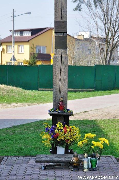 Radom. Krzyż misyjny - Idalin/kościół.