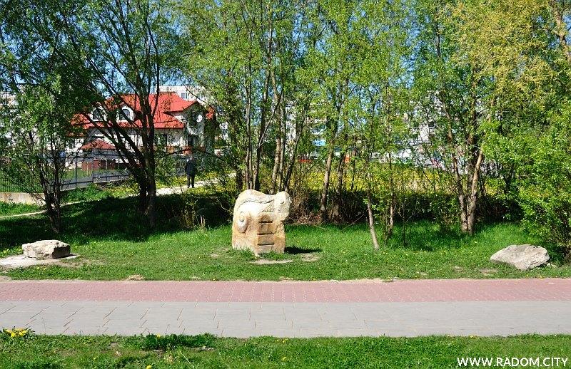 Radom. Rzeźba w parku na Gołębiowie.