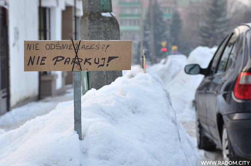 Radom. Tabliczka -nie parkuj- na ul. Kusocińskiego.