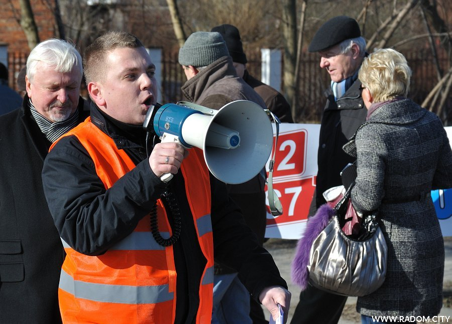 """Radom. Blokada """"siódemki"""", radny Karol Sońta."""