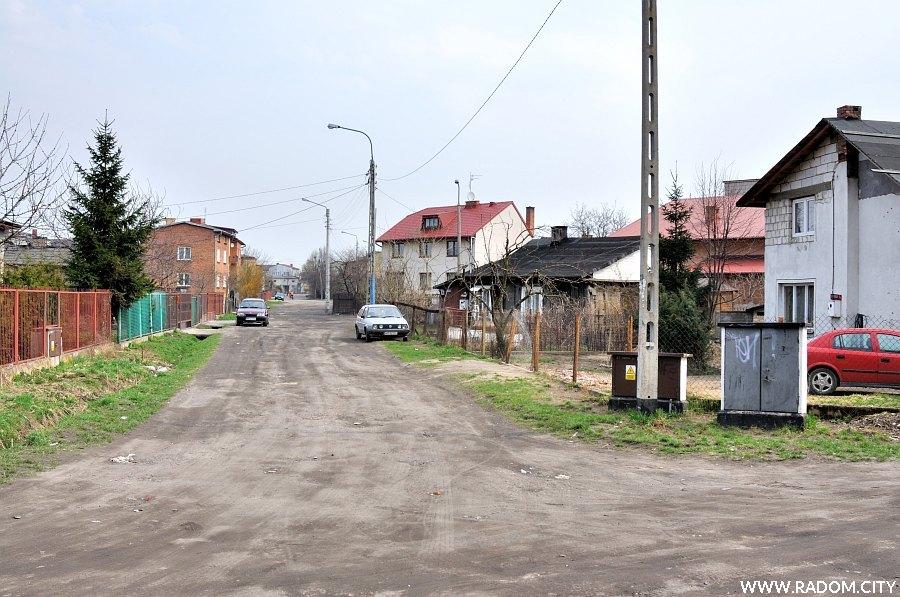 Radom. Ulica Jagodowa widziana z ul. Wiertniczej.