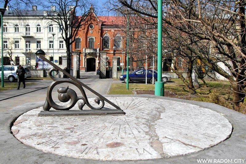 Radom. Zegar słoneczny/Miejska Biblioteka Publiczna przy ul. Piłsudskiego.