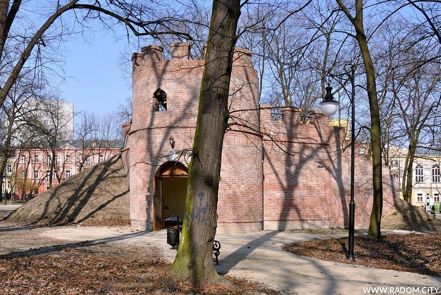 """Radom. """"Ruiny"""" w parku Kościuszki."""