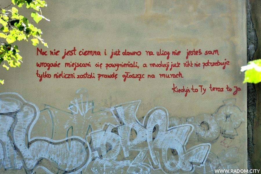 Radom. Napis na ścianie Samochodówki.