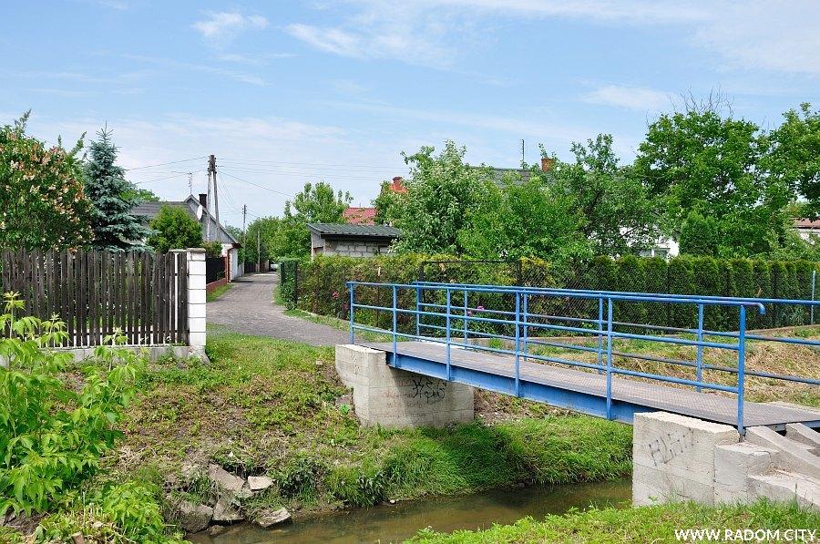 Radom. Mostek na rzece Mlecznej, widok w stronę ul. Konopnej.