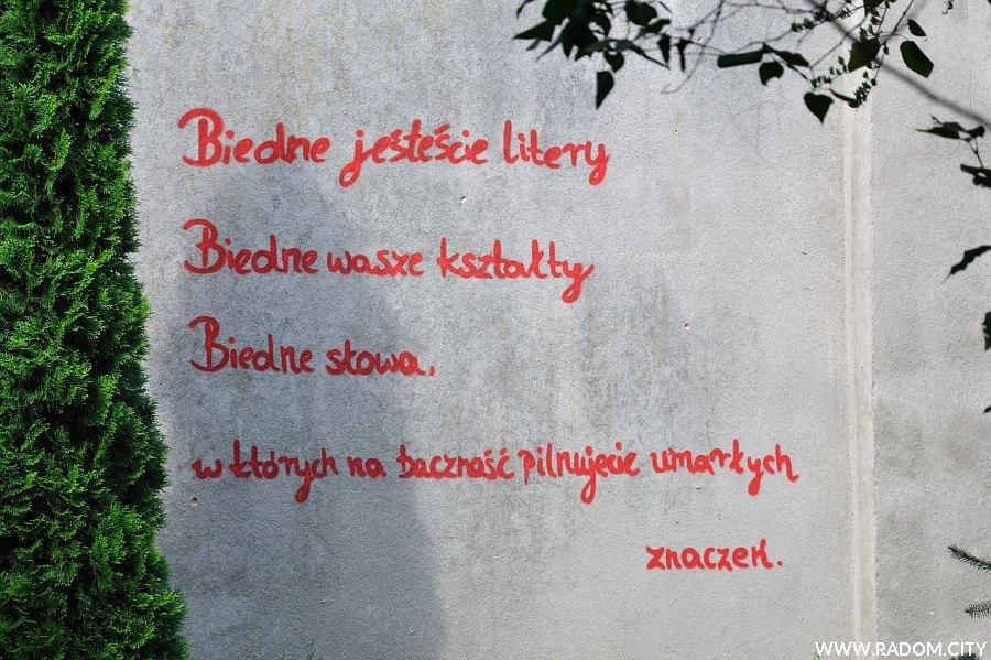Radom. Napis na murze na dziedzińcu Miejskiej Biblioteki Publicznej.