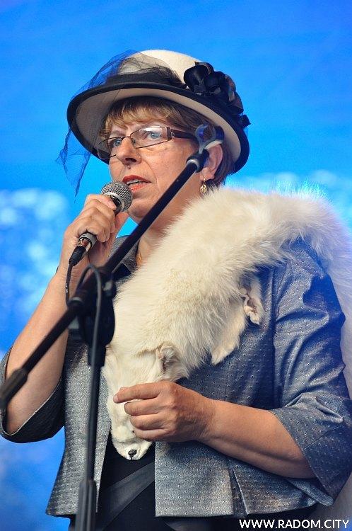 Radom. Uliczka Tradycji 2011, śpiewa dyrektor radomskiego Sanepidu Lucyna Wiśniewska