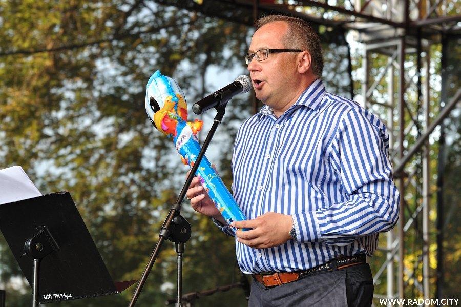 Radom. Uliczka Tradycji 2011, na scenie poseł Marek Wikiński z nadmuchiwanym kaczorem Donaldem