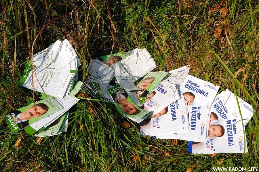 Radom. Ulotki wyborcze w Lesie Kapturskim.