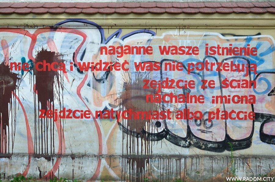 Radom. Napis na murze Malczewskiego/przystanek-Resursa.