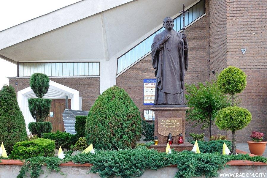 Radom. Pomnik Jana Pawła II przy ul. Trzebińskiego.
