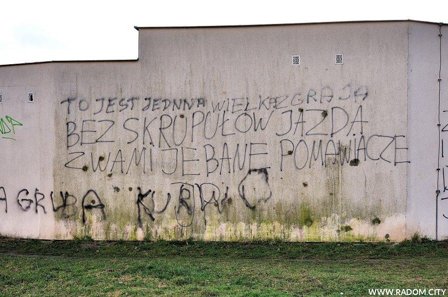 Radom. Napis na garażach/ul. Górnicza.