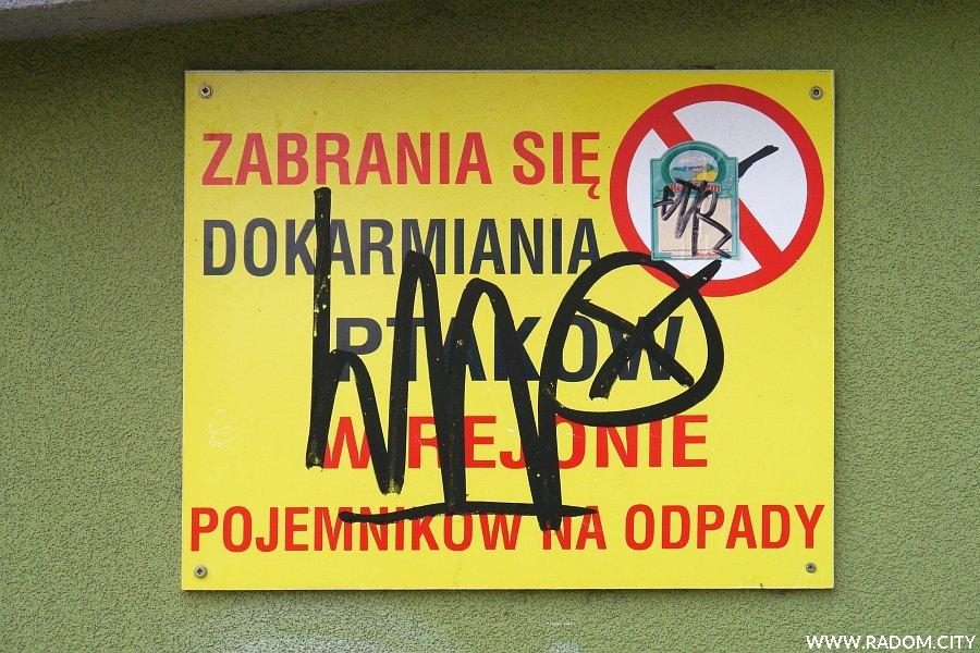 Radom. Zakaz dokarmiana ptaków - śmietnik/Olsztyńska.