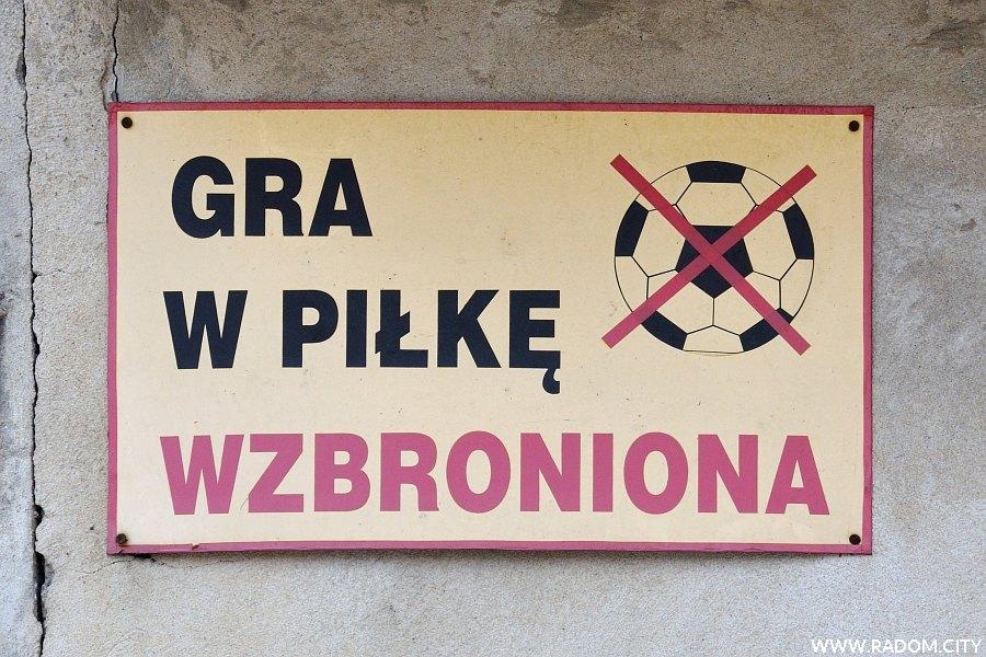 Radom. Zakaz gry w piłkę - garaże/Partyzantów.