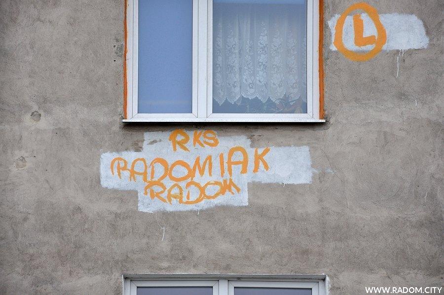 Radom. Napis Radomiak - blok Niedziałkowskiego 19/21.