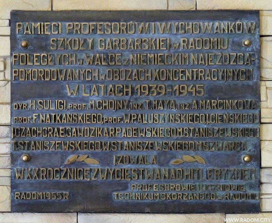 Radom. Tablica w szkole przy ul. Śniadeckich.