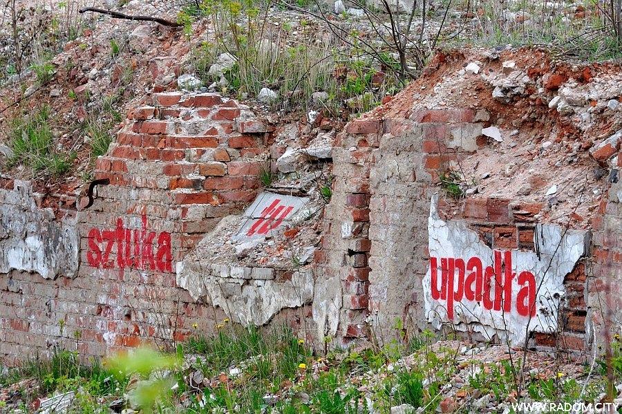 Radom. Napis - ruiny obok LIDLa przy ul. Struga.