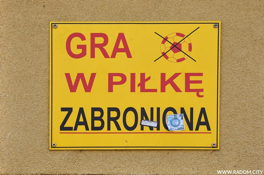 Radom. Zakaz gry w piłkę - Olsztyńska 29.