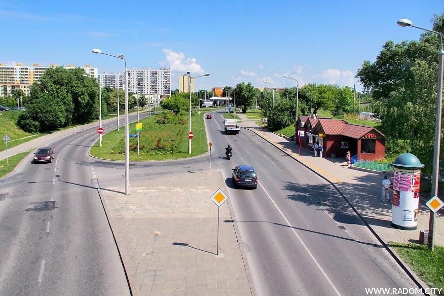 Radom. Ulica Jana Pawła II widziana z kładki.