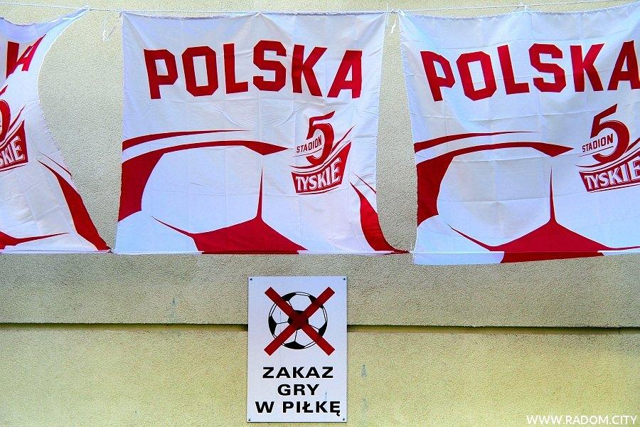 Radom. Dekoracje na Euro/zakaz gry w piłkę - Sowińskiego 7.