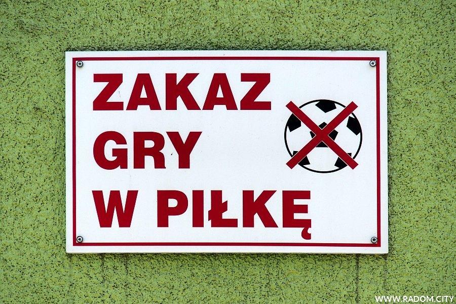 Radom. Zakaz gry w piłkę - Sowińskiego 7.