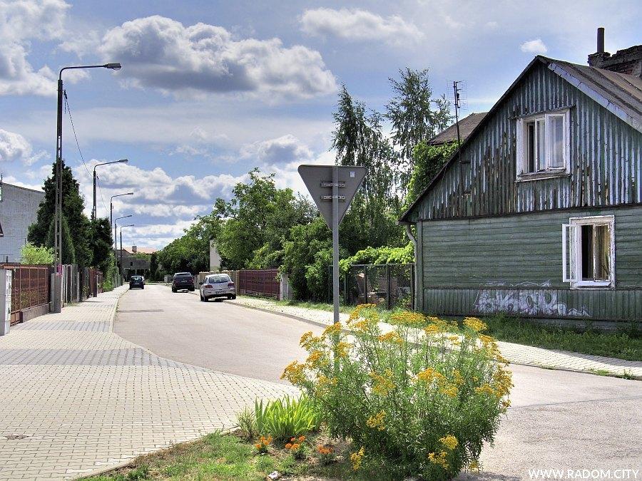 Radom. Ulica Klinowa widziana z ul. Złotej.