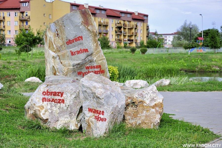Radom. Napisy na kamieniach - park Gołębiów.