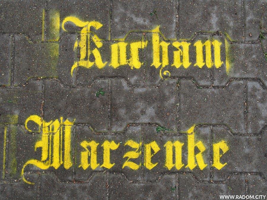 Radom. Napis na chodniku obok ul. Łąkowej.