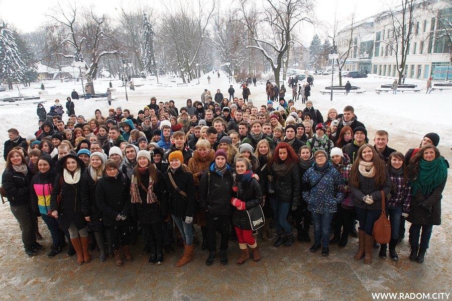Radom. Zdjęcie grupowe przed odtańczeniem poloneza maturzystów.