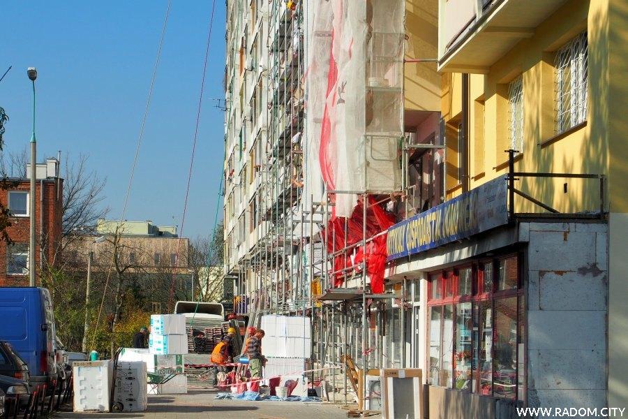 Radom. Ulica Niedziałkowskiego - docieplanie.