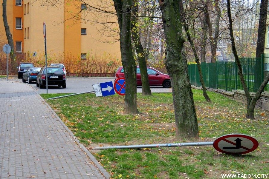 Radom. Ulica Bema - przewrócone znaki drogowe.