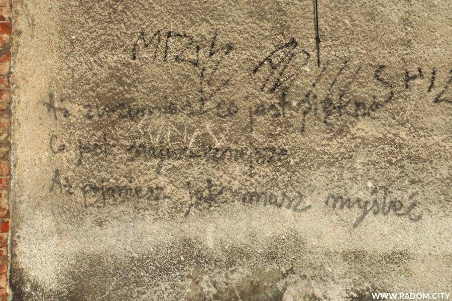 Radom. Napis na murze przy ul. Słowackiego.