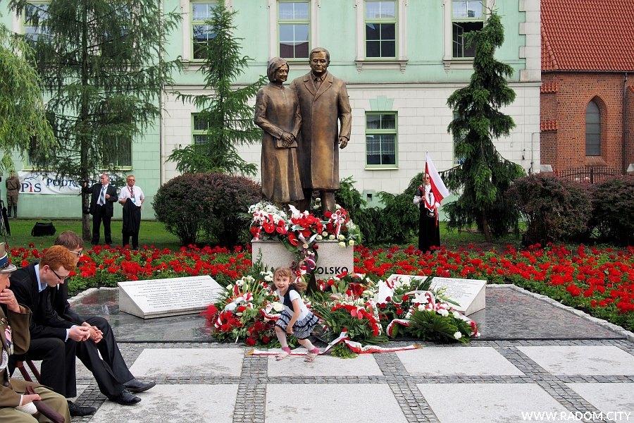 Radom. Odsłonięcie pomnika Marii i Lecha Kaczyńskich.