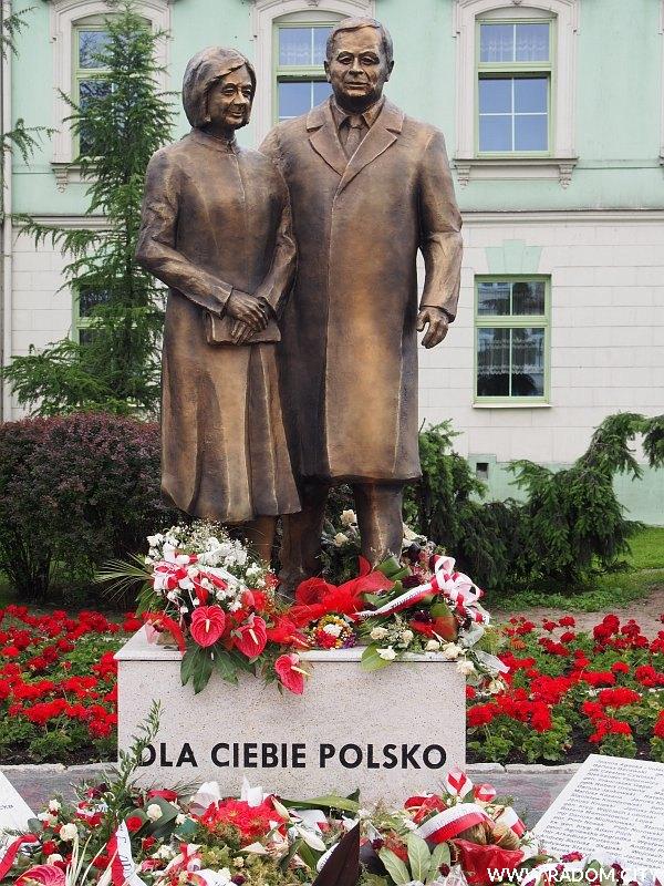 Radom. Pomnik Marii i Lecha Kaczyńskich.