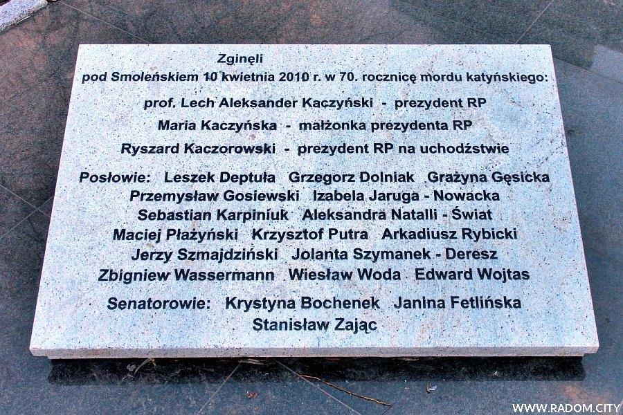 Radom. Pomnik Marii i Lecha Kaczyńskich - lewa tablica.