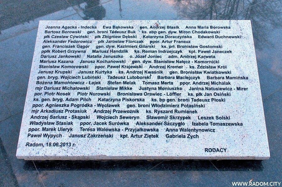 Radom. Pomnik Marii i Lecha Kaczyńskich - prawa tablica.