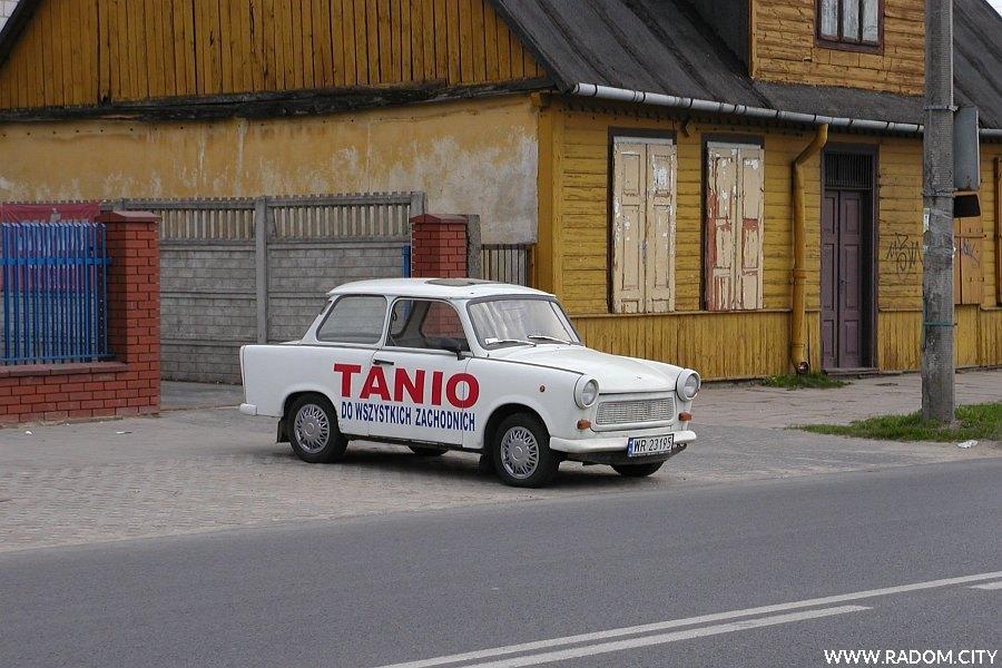 Radom. Samochód-reklama przy ul. Słowackiego.
