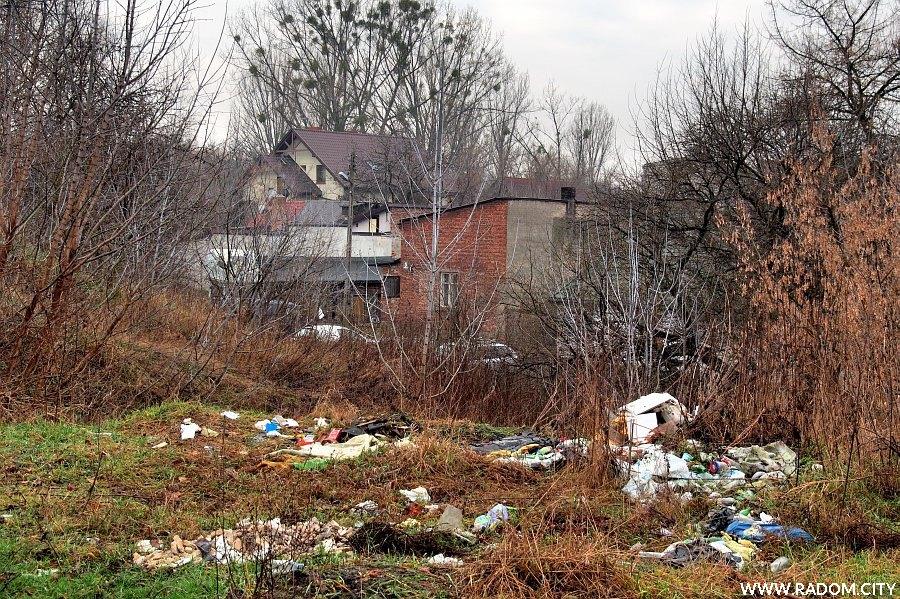 Radom. Zaśmiecony teren w pobliżu ul. Piaskowej.