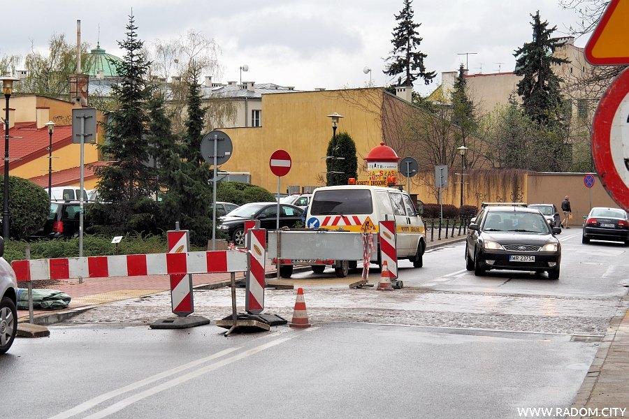 Radom. Budowa wyniesionego przejścia przez ul. Kilińskiego.