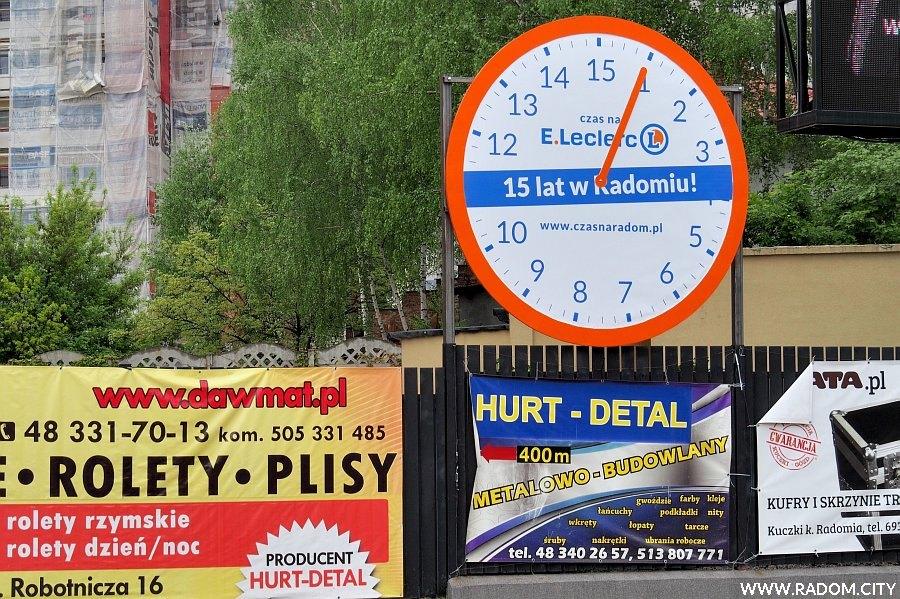 Radom. Zegar przy ul. Pileckiego.