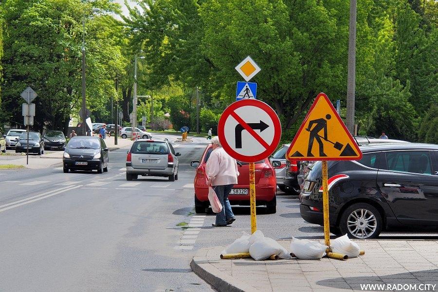 Radom. Znaki przy ul. Kusocińskiego informujące o remoncie ul. Miłej.