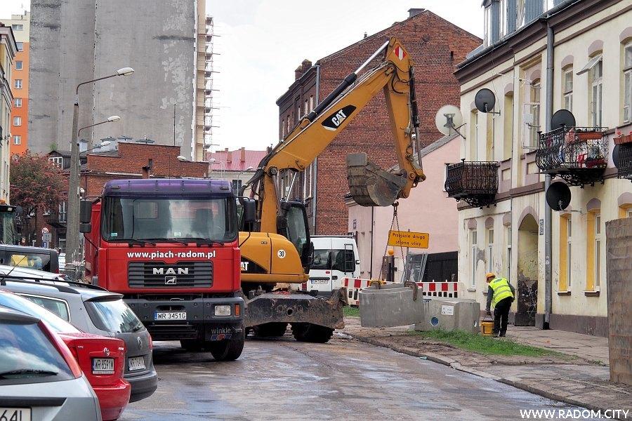 Radom. Ulica Miła - początek remontu sieci wodno-kanalizacyjnej.