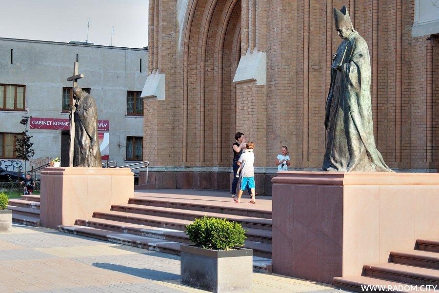 Radom. Pomniki przed katedrą.