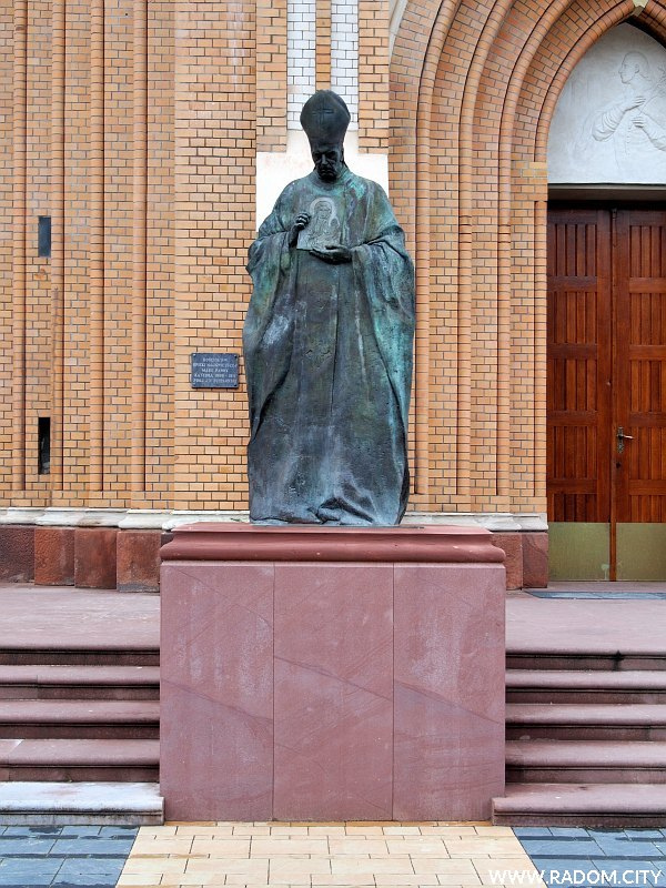 Radom. Pomnik prymasa Stefana Wyszyńskiego przed Katedrą.
