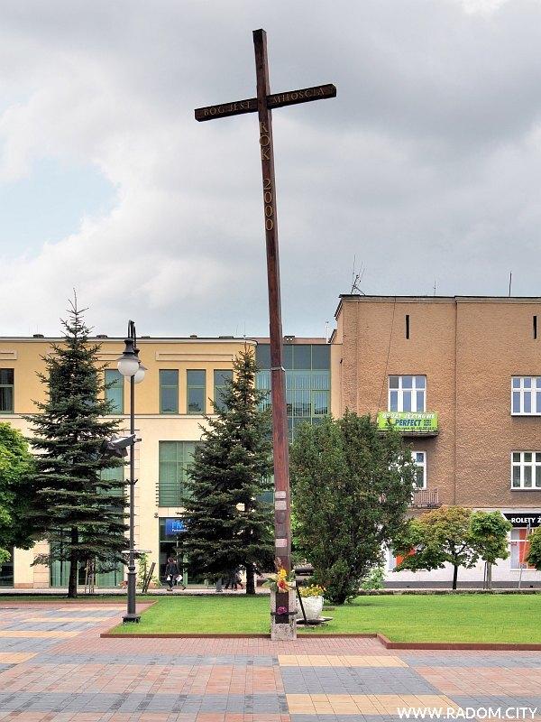 Radom. Krzyż misyjny przed Katedrą.