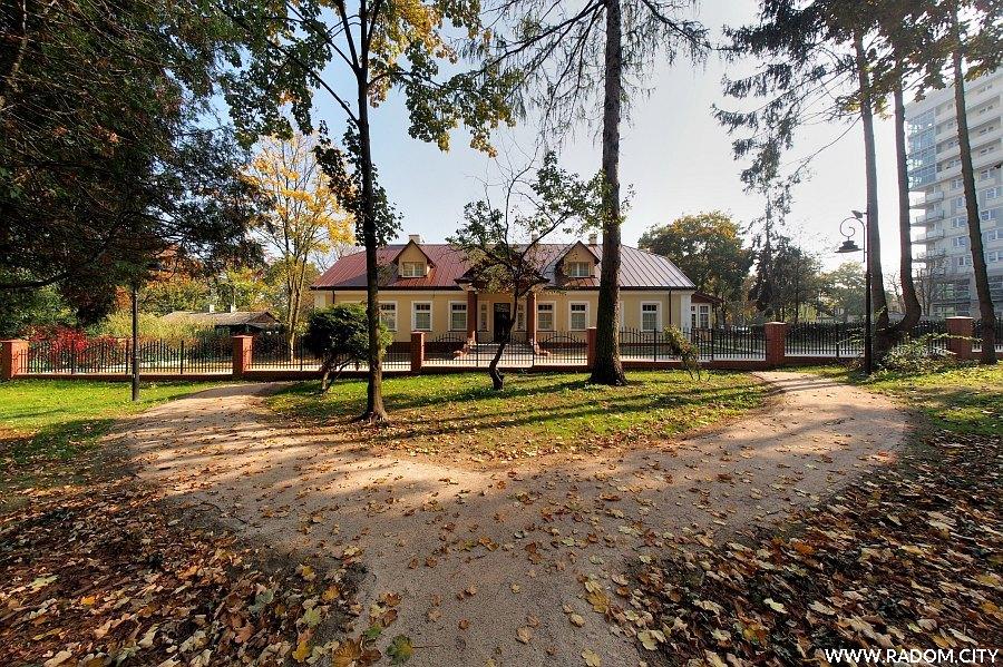 Radom. Dawne przedszkole obok Leśniczówki.