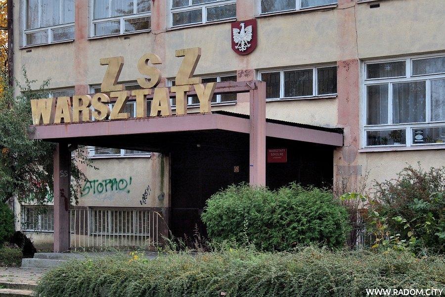 Radom. Wejście do budynku warsztatów szkolnych przy ul. Czarnej 2.