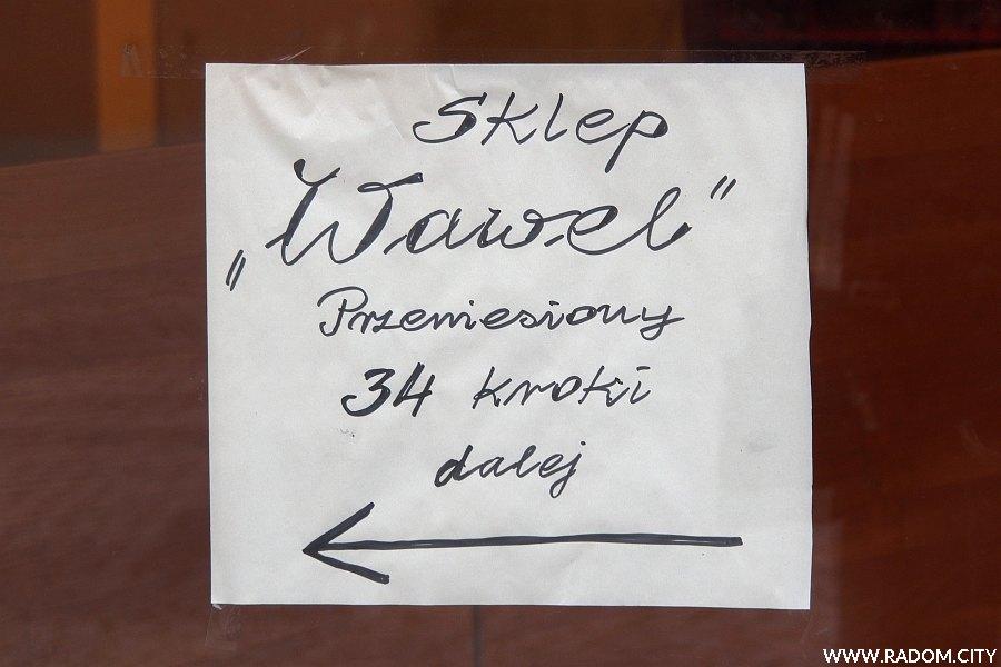 Radom. Ogłoszenie na drzwiach do sklepu w kamienicy przy ul. Żeromskiego 51.